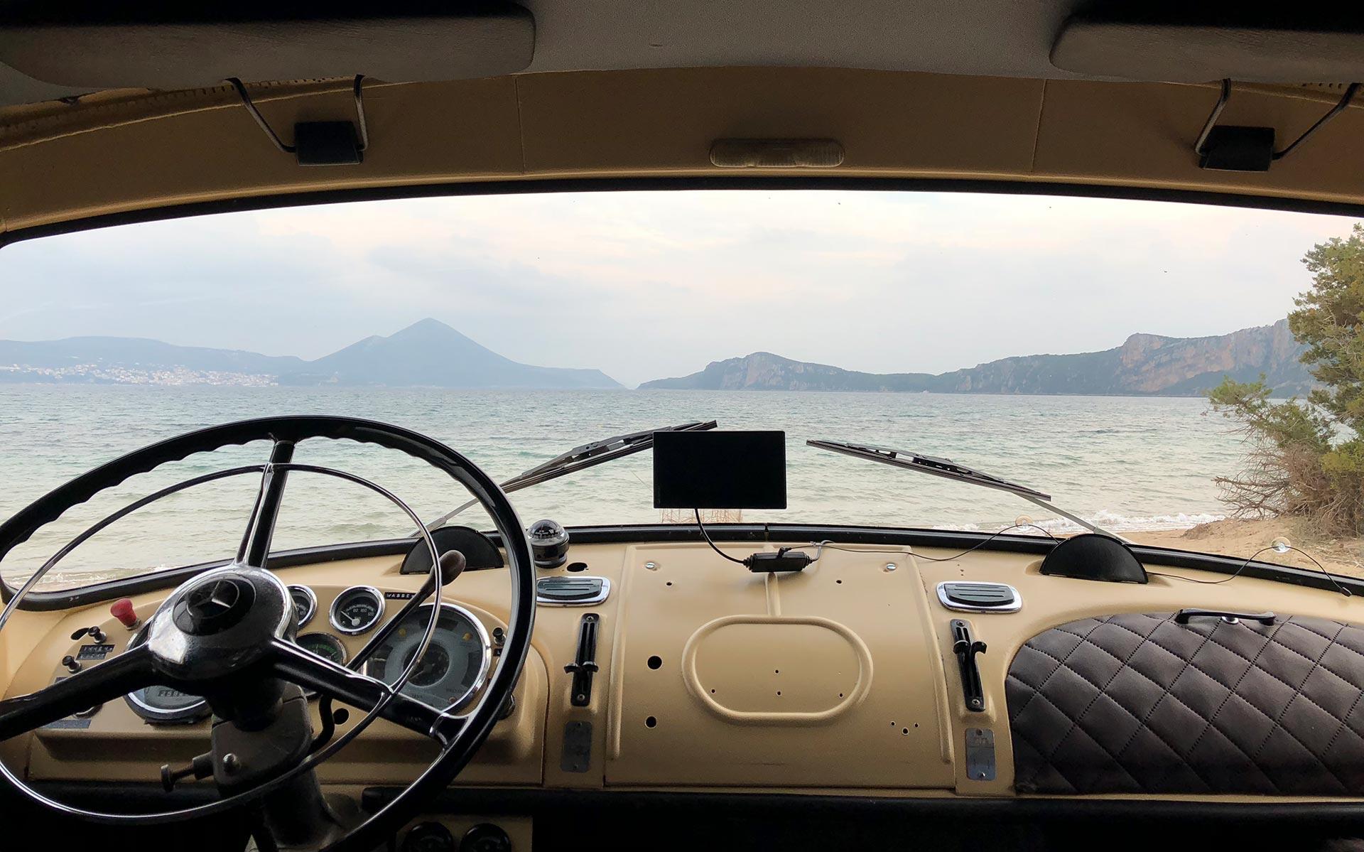 Blick aus dem Auto auf einen See